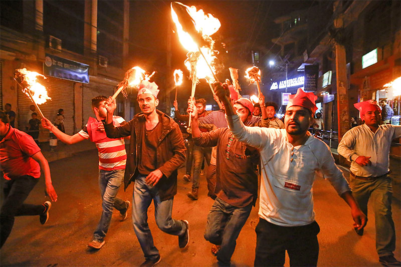 Cadres of Nepal Student Union (NSU) sister wing of Nepal Congress take part in a torch rally against colleges affilaiated to Pokhara University in Kathmandu, on Sunday, April 2019. One of their cadres was injured while protesting against Pokhara Univeristy in Pokhara. Photo: Skanda Gautam/THT