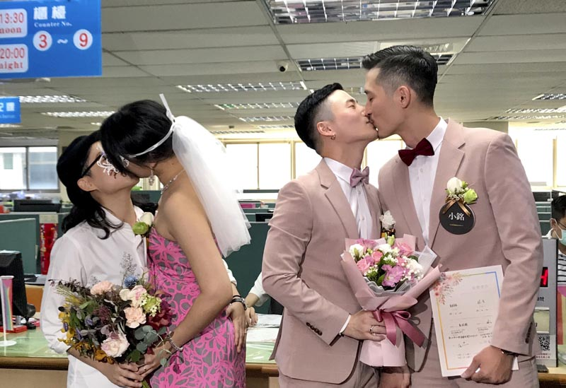 Two same-sex couples seal their legal marriage with a kiss at the registration office in Xingyi District in Taipei, Taiwan, Friday, May 24, 2019. Photo: AP