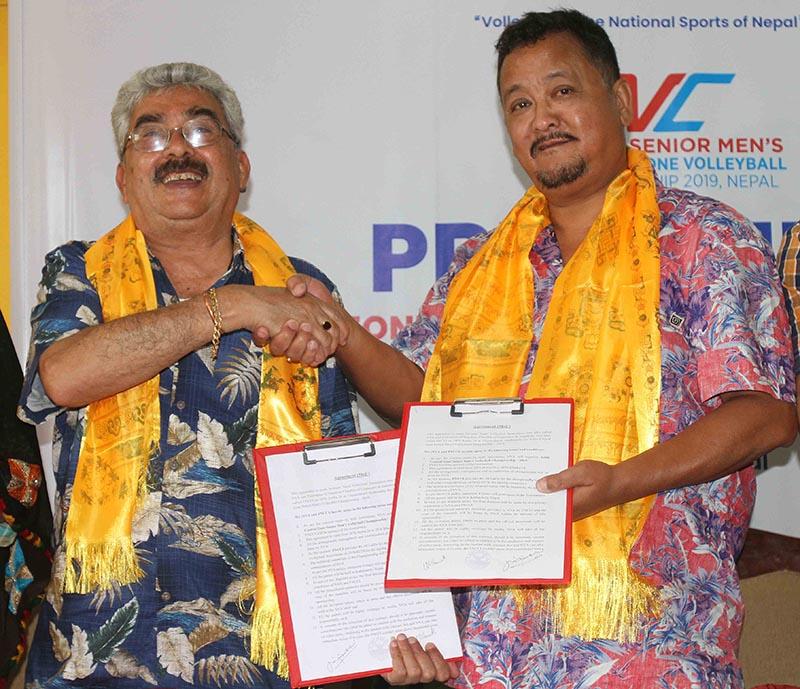 NVA President Manoranjan Raman Sharma (left) and FNCCI Vice-president Umesh Lal Shrestha exchanging the agreement papers in Kathmandu on Friday, June 7, 2019. Photo: Udipt Singh Chhetry/THT