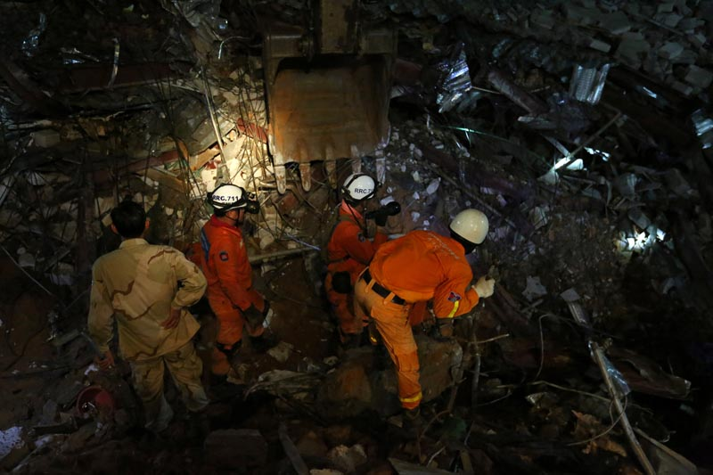 A rescue team attempts to find the missing workers at a collapsed building in Sihanoukville, Cambodia, June 22, 2019. Photo: Reuters