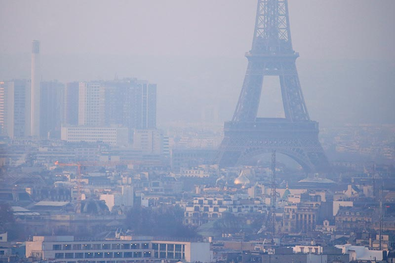 The Eiffel Tower is surrounded by a small-particle haze which hangs above the skyline in Paris, France, December 9, 2016 as the City of Light experienced the worst air pollution in a decade. Photo: Reuters/ File