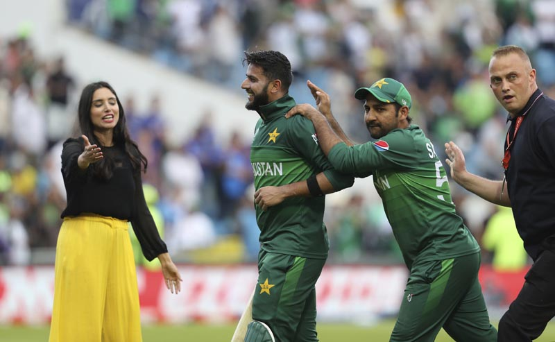 Pakistan's Imad Wasim is congratulated by Pakistan's captain Sarfaraz Ahmed, second right, during the Cricket World Cup match between Pakistan and Afghanistan at Headingley in Leeds, England, Saturday, June 29, 2019. Photo: AP