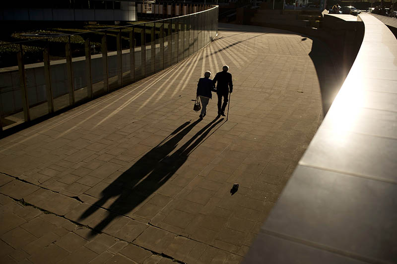 An elderly couple walks past the Berlaymont building, the European Commission headquarters, in Brussels, Thursday, September 27, 2018. Photo: AP/File