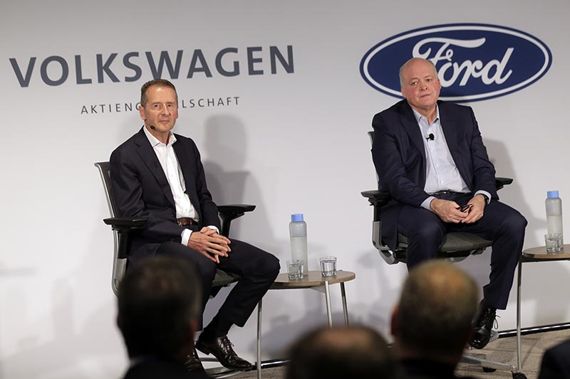Ford CEO Jim Hackett, right, and Volkswagen CEO Herbert Diess participate in a news conference in New York, Friday, July 12, 2019. Photo: AP