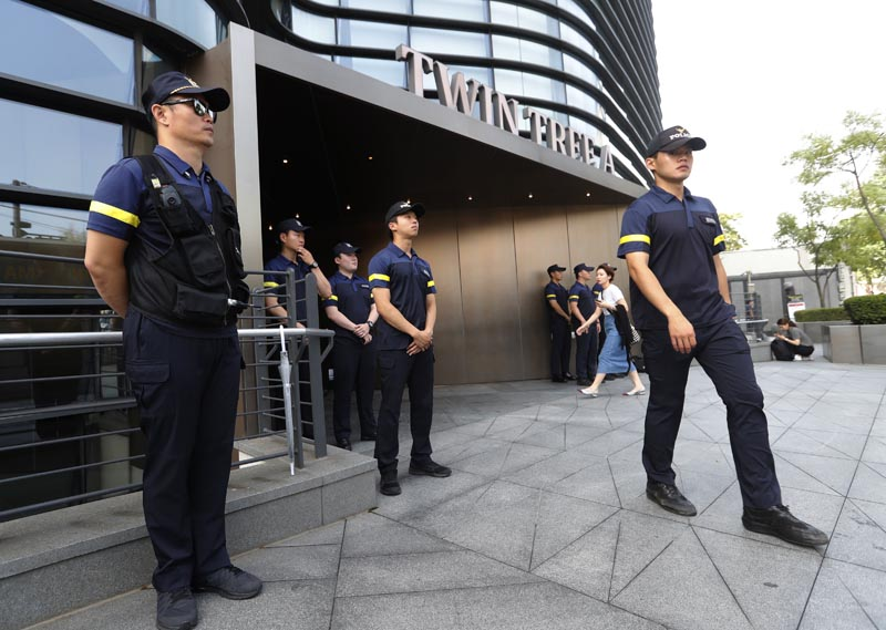 South Korean police officers stand guard against possible rallies against Japan in front of a building where the Japanese embassy is located in Seoul, South Korea, Friday, July 19, 2019. Photo: AP