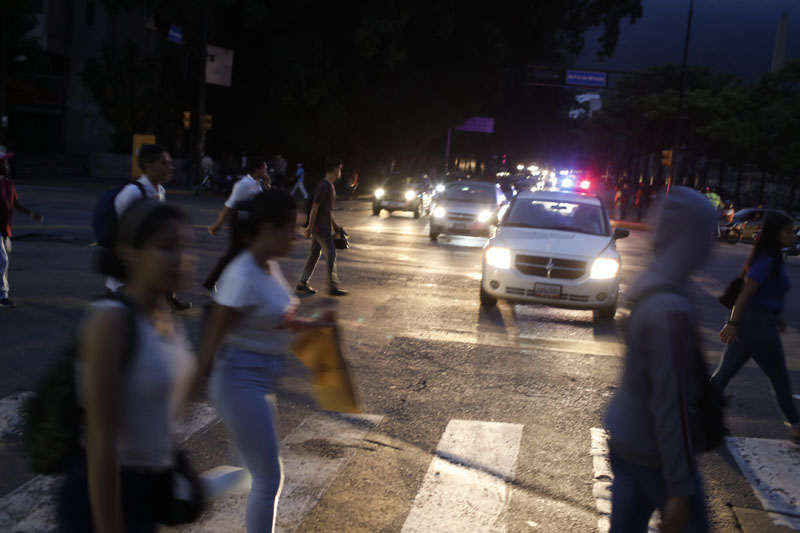 People cross a street during a blackout in Caracas, Venezuela, Monday, July 22, 2019. Photo: AP