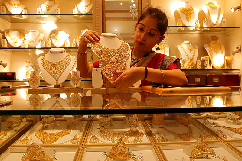 FILE PHOTO: A saleswoman displays a gold necklace inside a jewellery showroom on the occasion of Akshaya Tritiya, a major gold buying festival, in Kolkata, India, May 7, 2019. Photo: Reuters