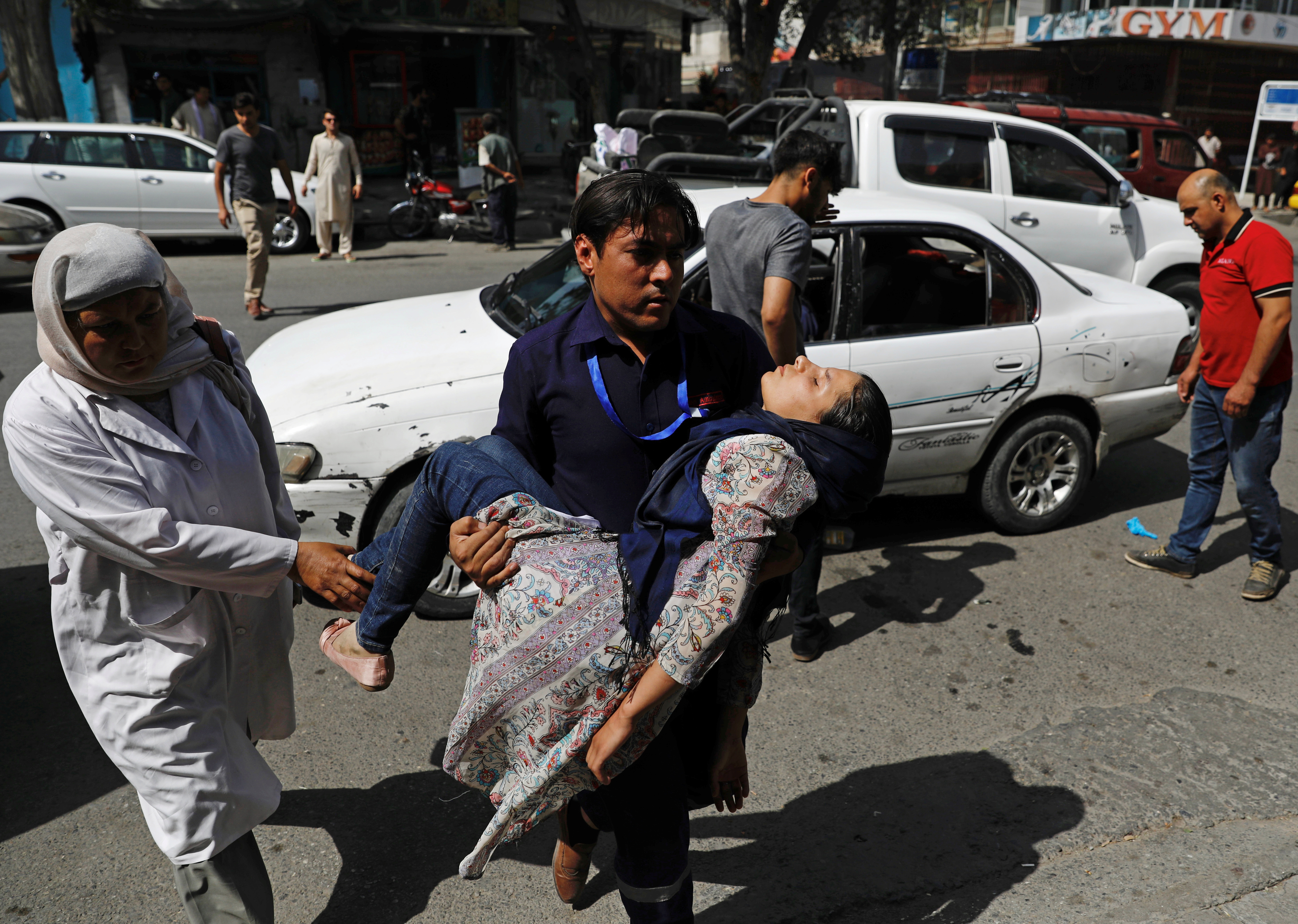 A man carries an injured woman to a hospital after a blast in Kabul, Afghanistan August 7, 2019.Photo: Reuters