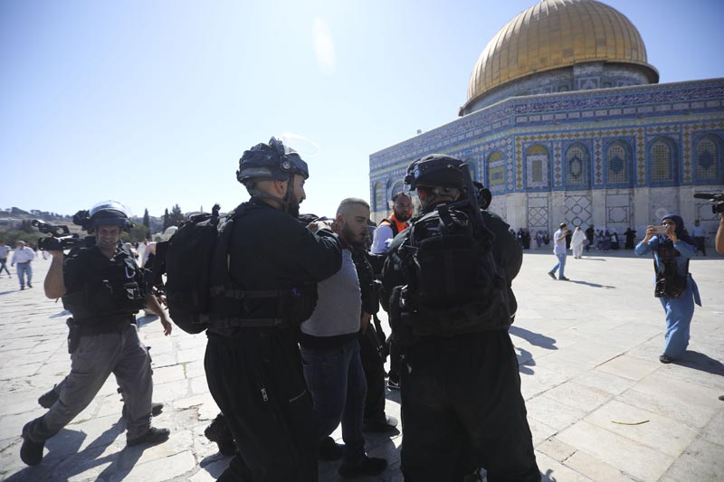 Israeli police arrests a Palestinian worshipper at al-Aqsa mosque compound in Jerusalem, Sunday, Aug 11, 2019. Photo: AP