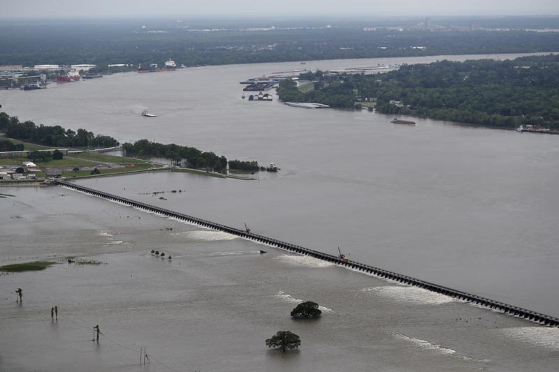 Workers open bays of the Bonnet Carre Spillway, to divert rising water from the Mississippi River to Lake Pontchartrain, upriver from New Orleans, in Norco, May 10, 2019. Photo:  AP/File