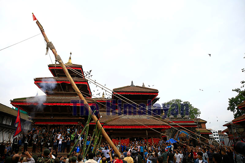 Devotees erect a ceremonial pole 'Indradhoj Linga' marking the first day of the eight-day long 'Indra Jatra' festival, celebrated to honour Indra, King of Heaven and God of rain and harvest, in Hanumandhoka, Kathmandu, on Friday, September 21, 2018. Photo: Skanda Gautam/THT