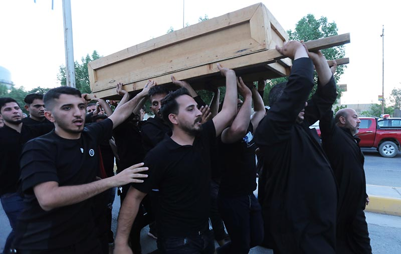 Relatives of one of the victims of a stampede at Shi'ite Muslim religious rituals of Ashura carry a coffin during the funeral in the holy city of Kerbala, Iraq September 10, 2019. Photo: Reuters