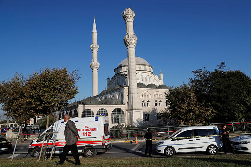 Police cars and an ambulance are parked in front of a mosque, where one of its minarets collapsed after an earthquake, in Istanbul, Turkey, September 26, 2019. Photo: Reuters