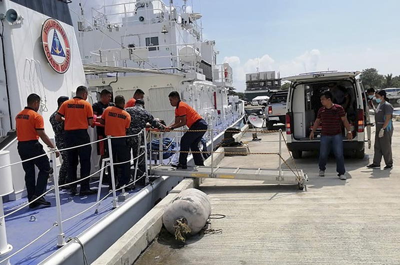 Coast guard personnel carry a survivor to a waiting ambulance after being rescued from a capsized dragon paddle boat off Boracay island resort Wednesday, Sept 25, 2019, in the central Philippines. Photo: Philippine Coast Guard via AP