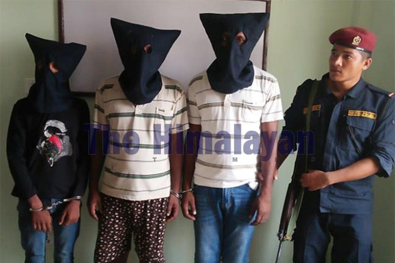 Police making public those arrested for stealing and buying stolen goods on the premises of District Police Office, Siraha, on Monday, Septemeber 16, 2019. Photo: THT