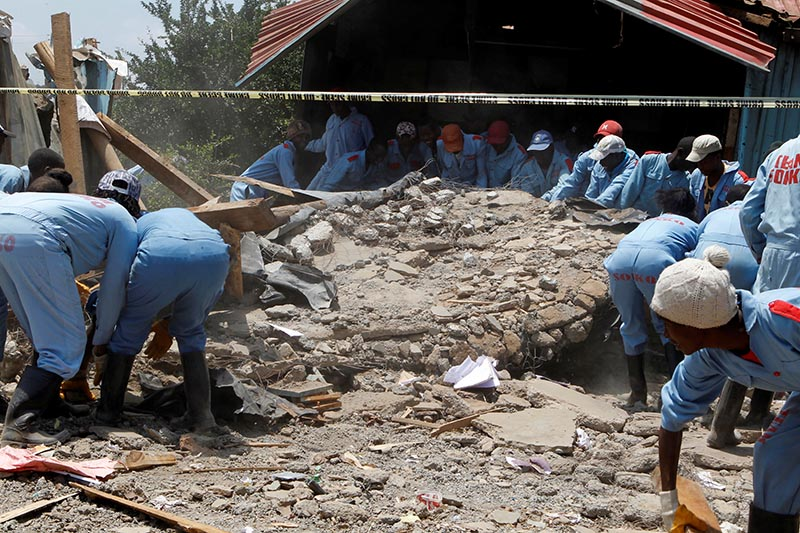 Rescue workers go through the rubble at the site of a collapsed school classroom, in Nairobi, Kenya, September 23, 2019. Photo: Reuters