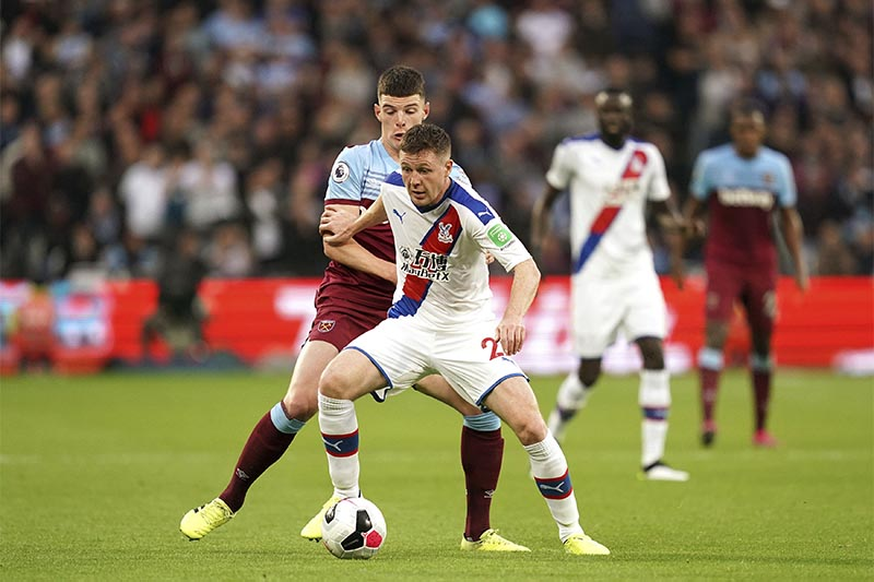 Crystal Palace's James McCarthy, right, and West Ham United's Declan Rice battle for the ball during the English Premier League soccer match at London Stadium, London, on Saturday, October 5, 2019. Photo: John Walton/PA via AP