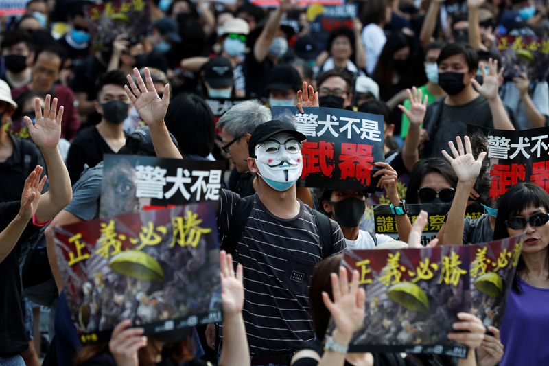 An anti-government demonstrator wearing a Anonymous mask attends a protest in Hong Kong's tourism district of Tsim Sha Tsui, China October 27, 2019. Photo: Reuters