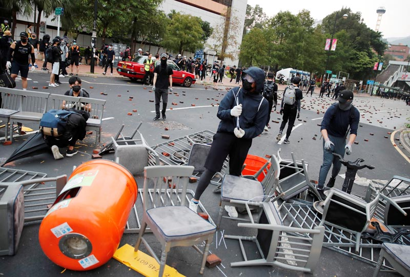 Anti-government protesters build a barricade during a demonstration at Tam Kon Po Street in Hong Kong, China, October 13, 2019. Photo: Reuters