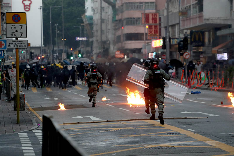 Riot police advance during a protest in Sham Shui Po district, on China's National Day in Hong Kong, China October 1, 2019. Photo: Reuters
