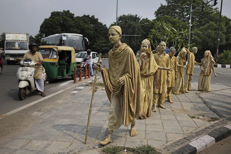 School children dressed up as statues, depicting Indian freedom leader Mahatma Gandhi's Dandi March, stand at a traffic intersection on the eve of Gandhi's 150th birth anniversary in New Delhi, India, Tuesday, Oct. 1, 2019. Dandi March is the name given to the Salt Satyagraha (Salt March) where Gandhi and other freedom fighters marched 241 miles to the sea to make their own salt on April 6, 1930 as an act of civil disobedience against the British colonial rule. Photo: AP