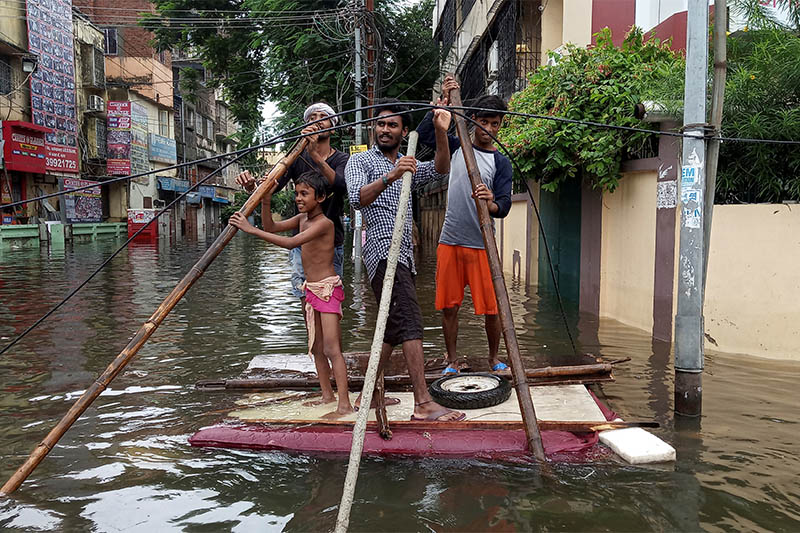 People use a makeshift raft to move out of a flooded neighbourhood in Patna, in the eastern state of Bihar, India, September 30, 2019. Photo: Reuters
