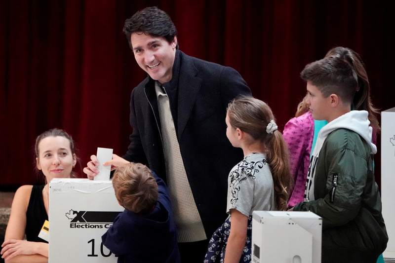 Justin Trudeau and family put his ballot for today's election in the ballot box in the Papineau area of Montreal, Quebec, Canada, October 21, Photo: Reuters
