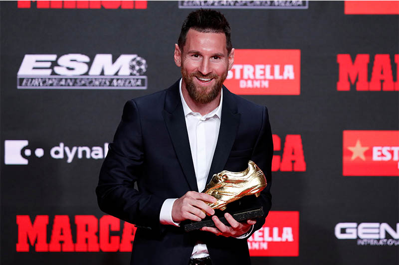 FC Barcelona's Lionel Messi poses with the golden shoe during the ceremony. Photo: Reuters