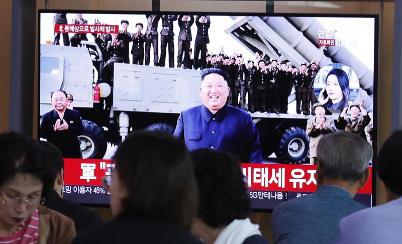 People watch a TV showing a file image of North Korean leader Kim Jong Un during a news program at the Seoul Railway Station in Seoul, South Korea, Wednesday, October 2, 2019. Photo: AP