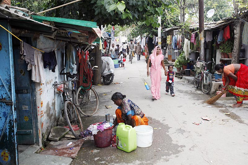 A woman washes clothes outside her house at a slum in New Delhi, on July 29, 2013. Indian government figures showing that poverty has been cut by a third since 2004 has set off a row between the country's main political parties on whether the data is accurate, and a slanging match between two of the world's best-known economists on the implications for policy. Photo: Reuters
