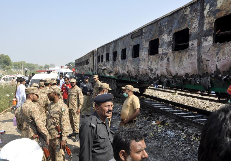 Pakistani soldiers and officials examine a train damaged by a fire in Liaquatpur, Pakistan, Thursday, October 31, 2019. Photo: AP
