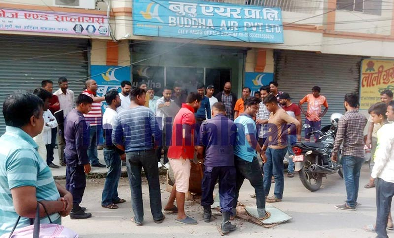 Rastriya Janata Party-Nepal cadres demonstrating in front of Buddha Air Office with the demand that their leader and House of Representatives member Pramod Kumar Sah be released, in Birgunj, Parsa, on Wednesday, October 16, 2019. Photo: THT