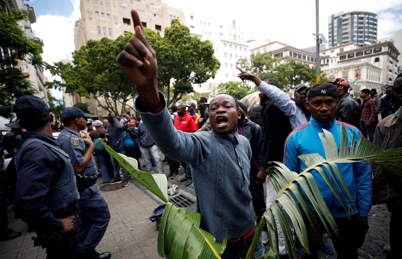Refugees shout at police after they were evicted from a sit in protest against xenophobia outside the United Nations High Commissioner for Refugees (UNHCR) offices in Cape Town, South Africa, October 30, 2019. Photo: Reuters