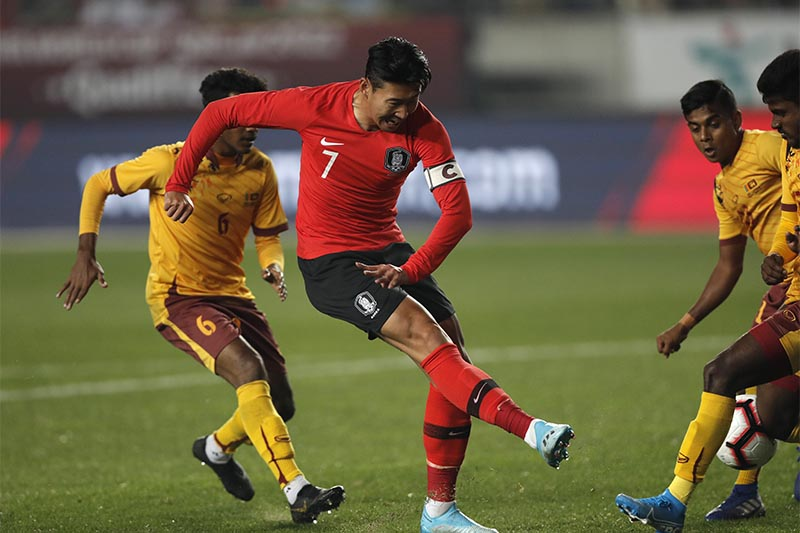 South Korea's Son Heung-min (center) kicks the ball past Sri Lanka's Mohamed Aman (left) during their Asian zone Group H qualifying soccer match for the 2022 World Cup at Hwaseong Sports Complex Main Stadium in Hwaseong, South Korea, on Thursday, October 10, 2019. Photo: AP