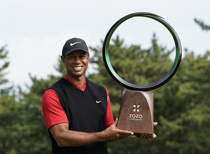 Tiger Woods of the United States poses with his trophy after winning the Zozo Championship PGA Tour at the Accordia Golf Narashino country club in Inzai, east of Tokyo, Japan, Monday, Oct. 28, 2019. Photo: AP