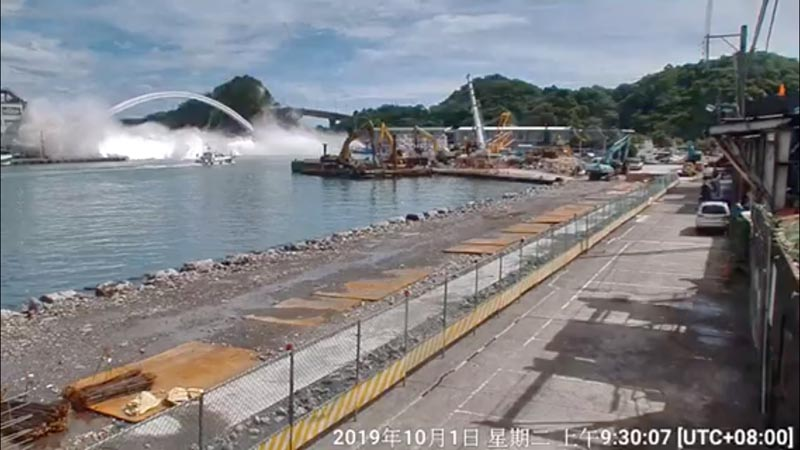 Nanfang'ao Bridge is seen collapsing in Suao, Taiwan October 1, 2019 in this still image taken from a video. Photo: Reuters