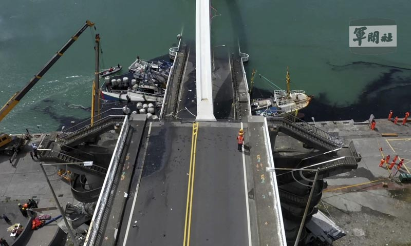 This image made from video provided by Taiwan's Military News Agency shows Nanfangao Bridge, collapsed in Nanfangao, eastern Taiwan, Tuesday, Oct. 1, 2019. The towering arch bridge over a bay collapsed Tuesday, sending a burning oil tanker truck falling onto boats in the water below. Photo: Taiwan's Military News Agency via AP