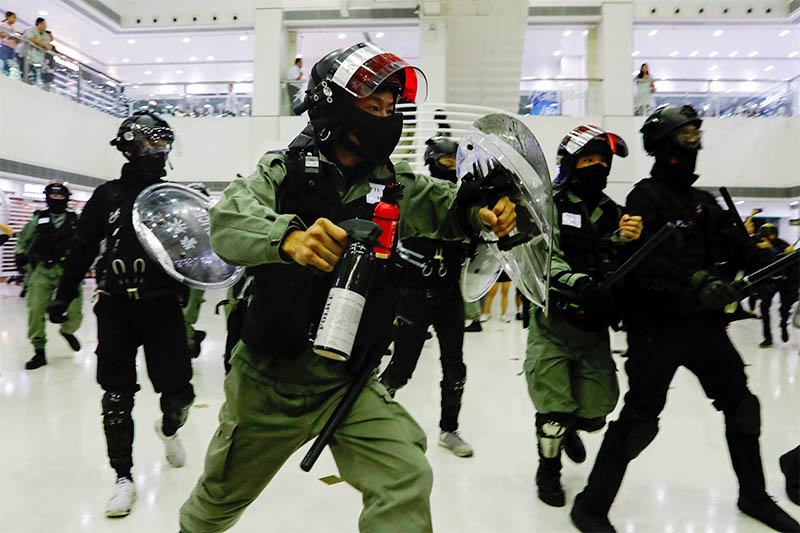 Riot police disperse anti-government protesters at a shopping mall in Tai Po, Hong Kong, China November 3, 2019. Photo: Reuters