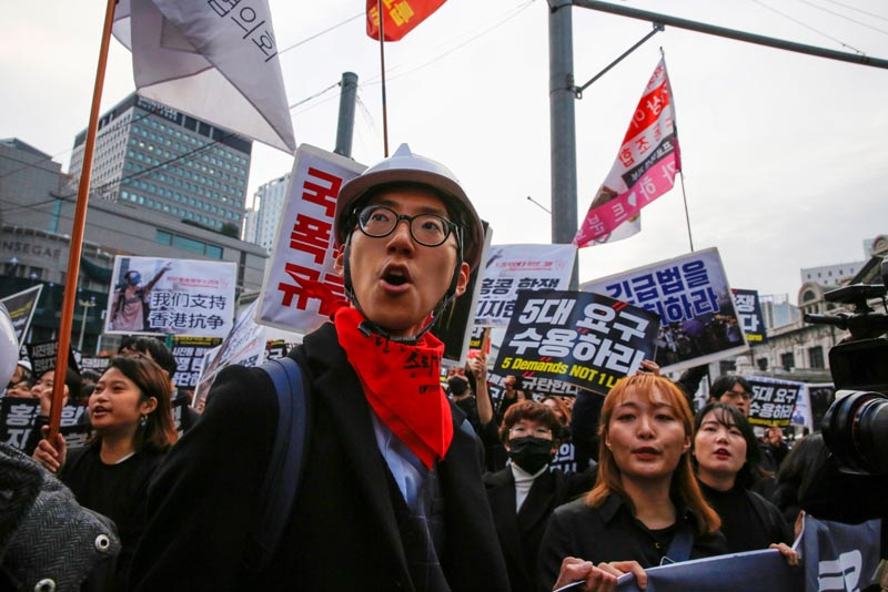Students and young people chant slogans during a demonstration to support Hong Kong pro-democracy protesters in Seoul, South Korea, November 23, 2019. Photo: Reuters