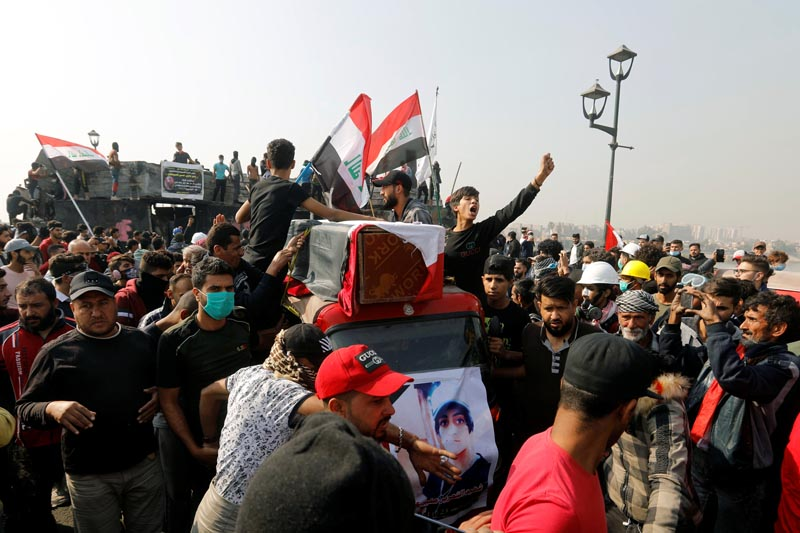 People transport the coffin of a demonstrator who was killed at an anti-government protest, on a tuk-tuk, during the funeral in Baghdad, Iraq November 24, 2019. Photo: Reuters