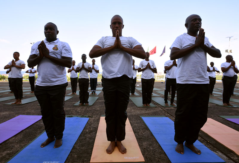 Soldiers with the Republic of Sierra Leone Armed Forces (RSLAF) participate in a weekly yoga training at the country's military headquarters in Freetown, Sierra Leone September 25, 2019. Photo: Reuters