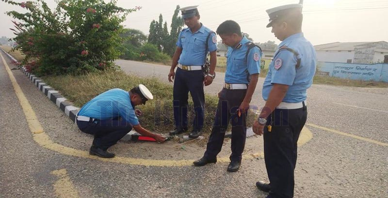 Traffic police pasting reflectors with the aim of minimising road accidents along the Nepalgunj-Kohalpur road stretch, in Banke, on Thursday, November 14, 2019. Photo: THT