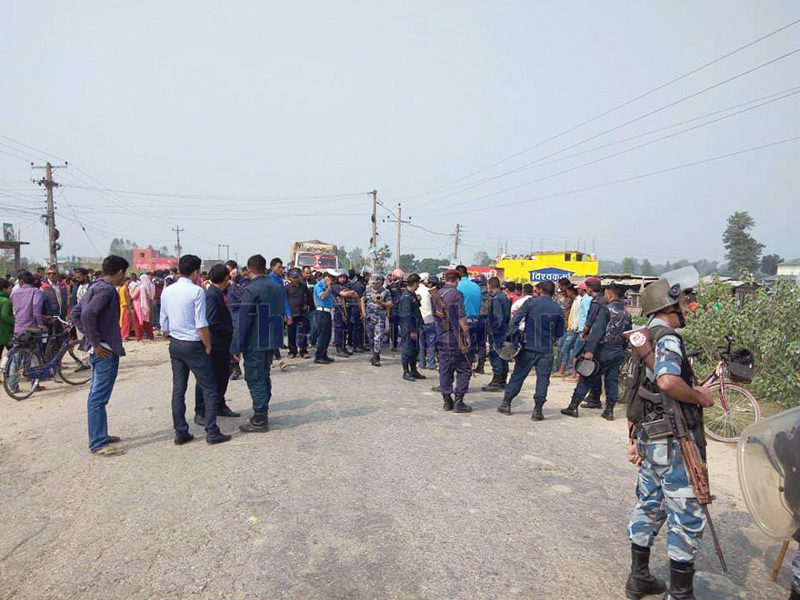 Locals enforcing chakkajam in the presence of security personnel, in Kailali, on Friday. Photo: THT