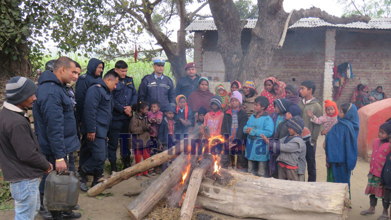 District Police arranging fire to escape cold in Rautahat. Photo: Prabhat Kuamr Jha/THT