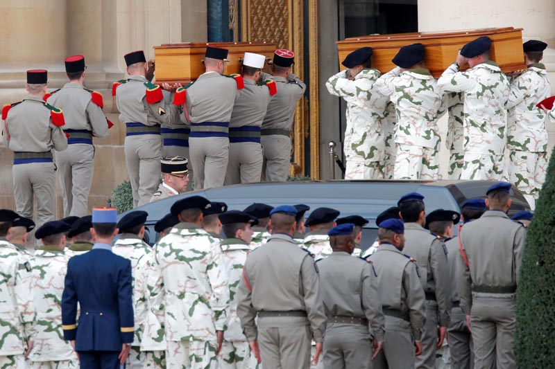Soldiers carry the coffins of late thirteen French soldiers killed in Mali, before a ceremony at the Hotel National des Invalides in Paris, France, December 2, 2019. Photo: Reuters