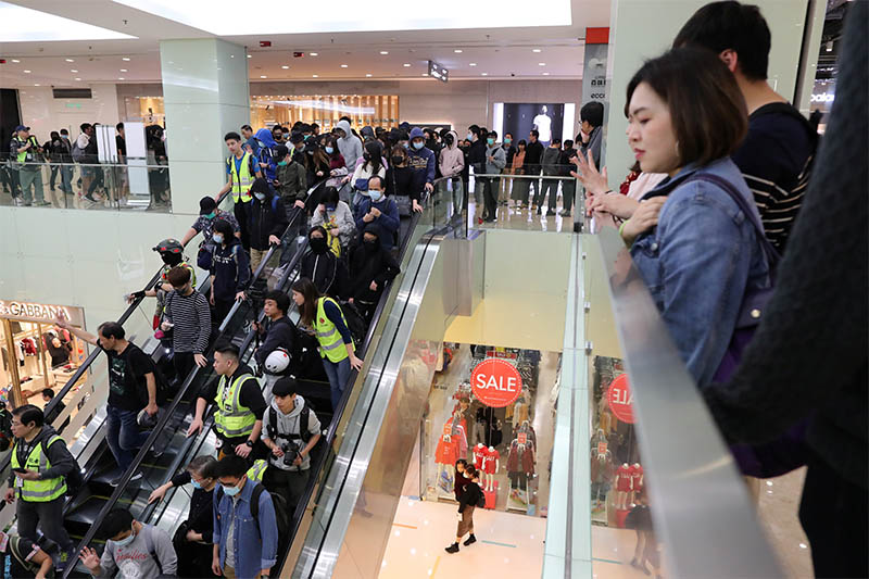 Hong Kong protesters march in Harbour City shopping mall in Hong Kong, China, December 21, 2019. Photo: Reuters
