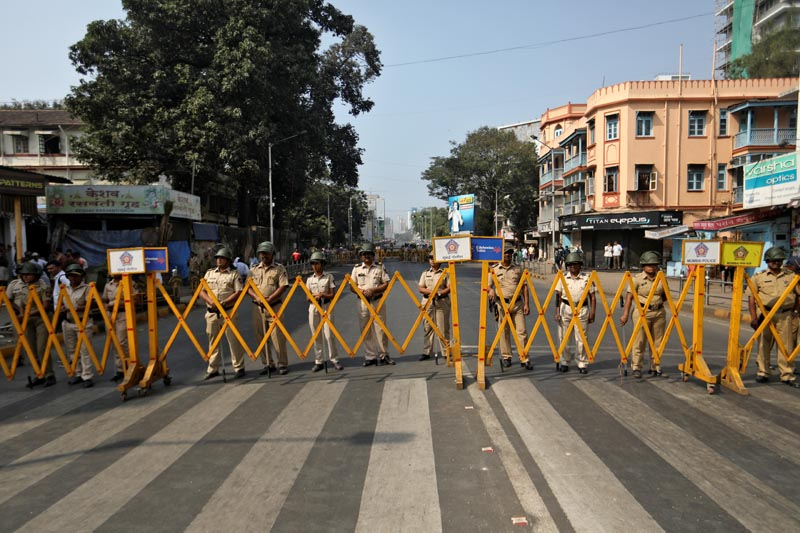 Police stand guard during a protest rally against a new citizenship law, in Mumbai, India, December 26, 2019. Photo: Reuters
