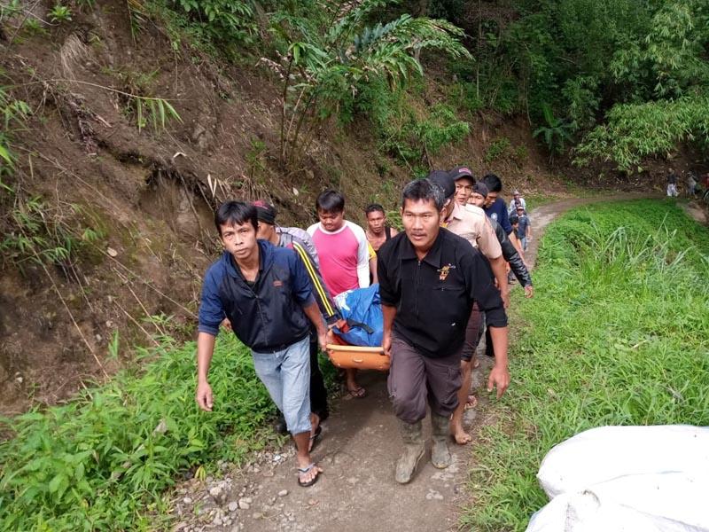 Rescue workers carry the body of passenger of Sriwijaya Hus following an accident at Liku Lemantang, near Palembang, South Sumatra province, Indonesia, on Tuesday, December 24 2019.Photo:  Antara Foto / via Reuters