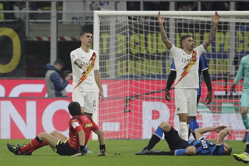 Inter Milan's Stefan de Vrij (right) on the ground after colliding with referee Gianpaolo Calvarese (left) on the ground during a Serie A soccer match between Inter Milan and Roma, at the San Siro stadium in Milan, Italy, on Friday, December 6, 2019. Photo: AP