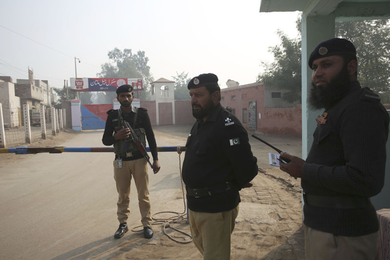 Pakistani police officers stand guard outside Multan jail after a court's decision for a professor facing blasphemy case, in Multan, Pakistan, Saturday, Dec 21, 2019. Photo: AP